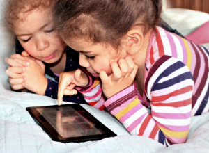 Was bringt digitales Lernen im Kindergartenalter? (Foto: Helene Souza / pixelio.de)