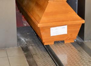 Der letzte Weg ins Feuer. Sarg bei der Einfahrt in den Kremationsofen im Wiesbadener Krematorium. (Bild: Friedgen)