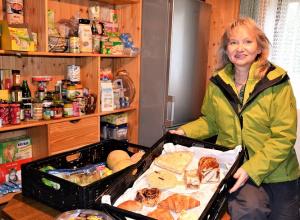 Kuchen und Teilchen vom Vortag schmecken noch richtig gut. Margarete Stefan freut sich, dass ihre Lebensmittelbörse immer bekannter wird. (Foto: EF)