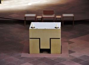Der neue Altar ist dem franziskanischen Tau-Zeichen nachempfunden. Bild: EF